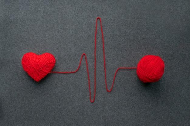 Bola de fio vermelho artesanal com coração coração e batimento cardíaco