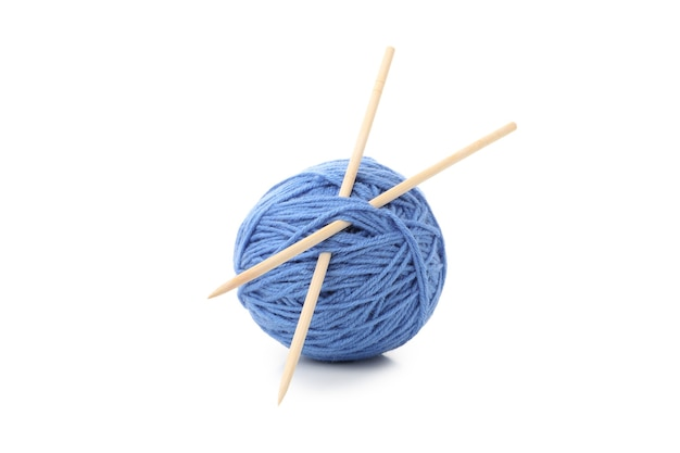 Bola de fios com agulhas de tricô, isolada no fundo branco.
