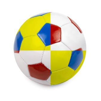 Bola de futebol colorida pela bandeira da polônia e da ucrânia em branco