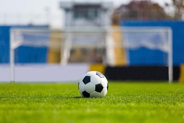 Bola de futebol com a trave no fundo