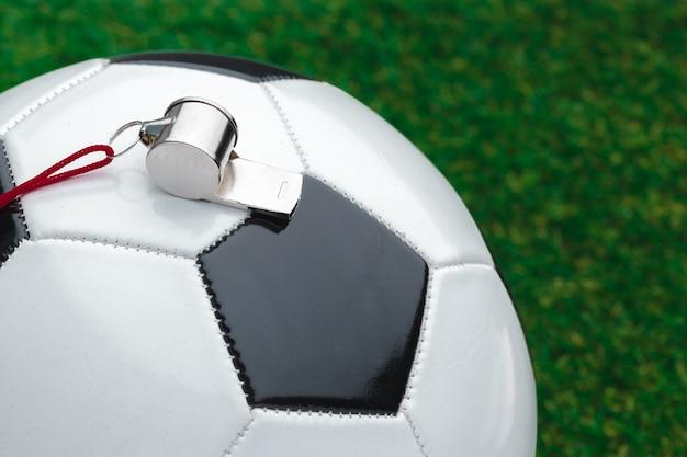 Bola de futebol com apito