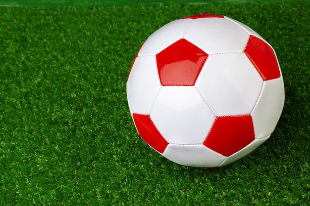 Bola de futebol de couro vermelho e branco