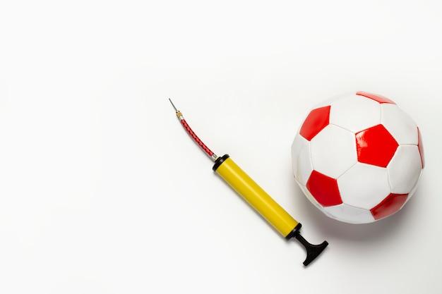 Bola de futebol e bomba sobre um fundo isolado luz.
