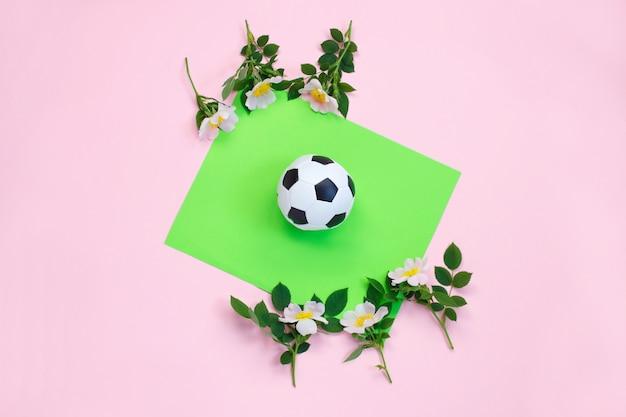 Bola de futebol e flores