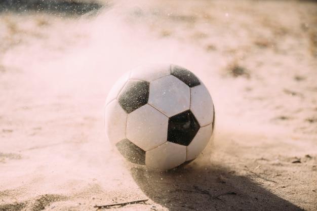 Bola de futebol e partículas de areia