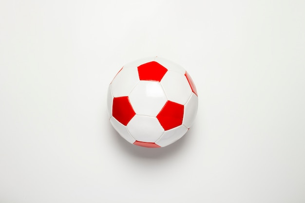Bola de futebol em um fundo isolado luz.