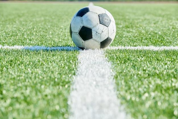 Bola de futebol na grama