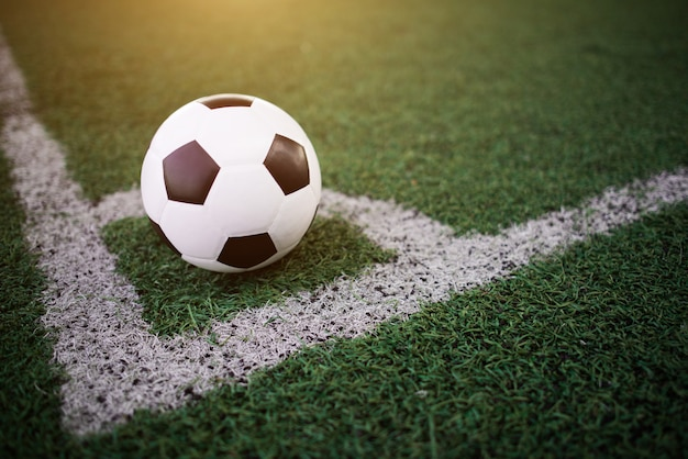 Bola de futebol na linha branca no estádio