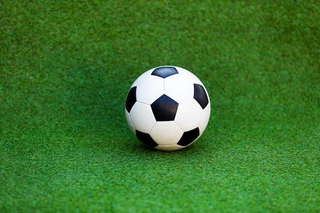 Bola de futebol no campo de futebol