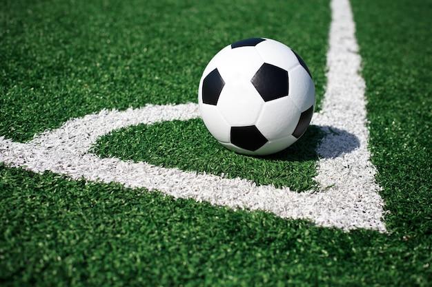 Bola de futebol no campo verde.