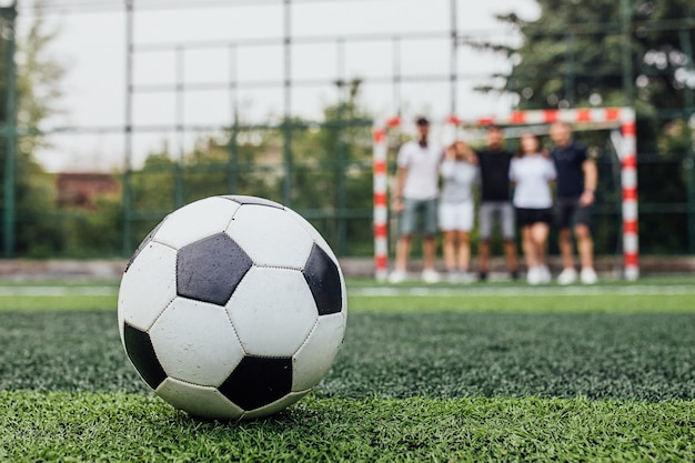 Bola de futebol tradicional no campo de futebol