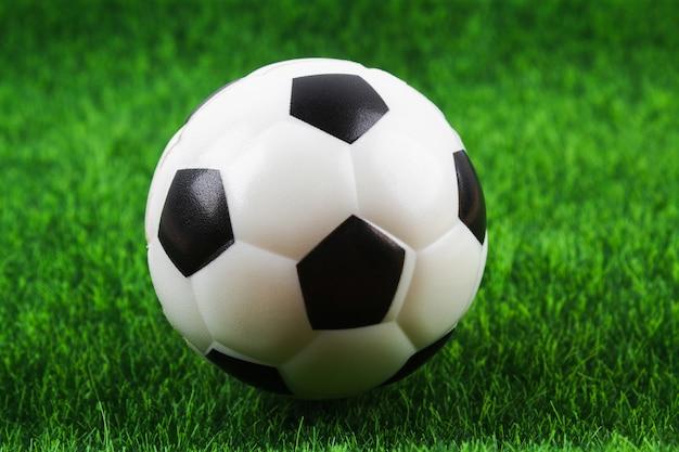 Bola de futebol tradicional no campo de futebol.