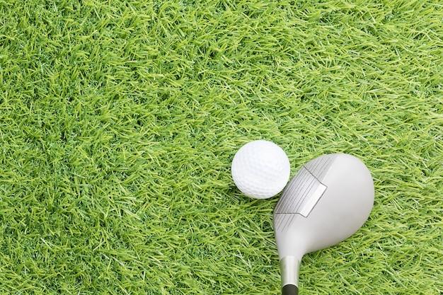 Bola de golfe antes de bater com o taco de golfe