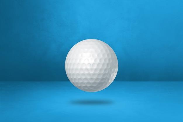 Bola de golfe branca isolada em um fundo azul do estúdio. ilustração 3d