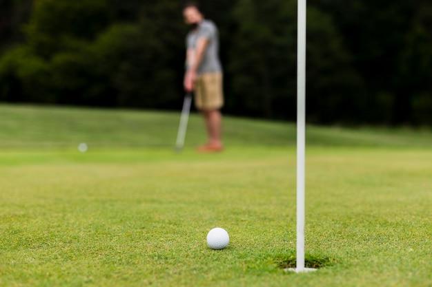 Bola de golfe close-up na grama