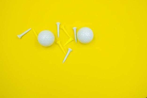 Bola de golfe e camisetas amarelas