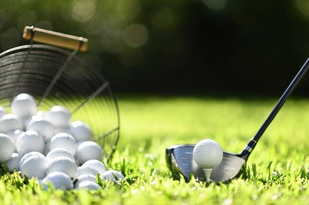 Bola de golfe na grama verde pronta para ser rebatida para a prática