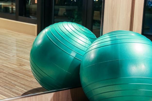 Bola de ioga na sala de fitness com reflexo de espelho, conceito de aptidão