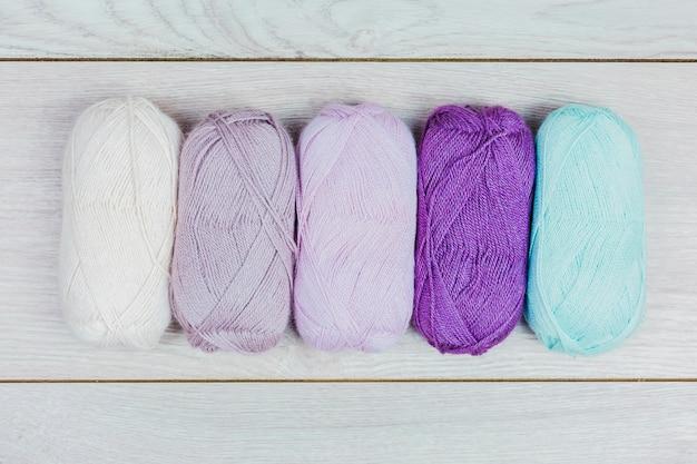 Bola de lã colorida no cenário de madeira