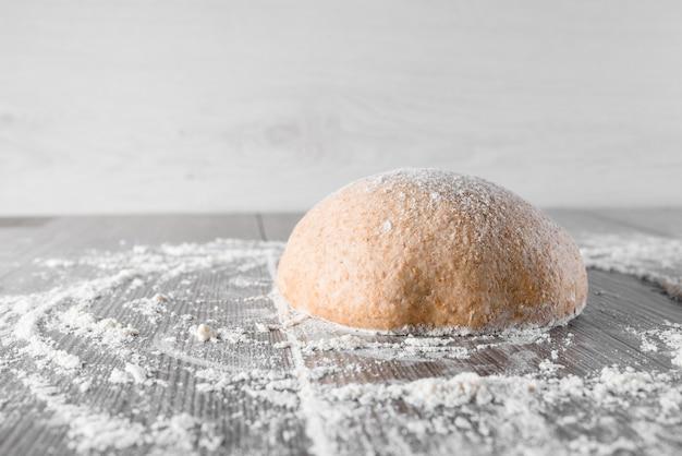 Bola de massa de trigo com farinha