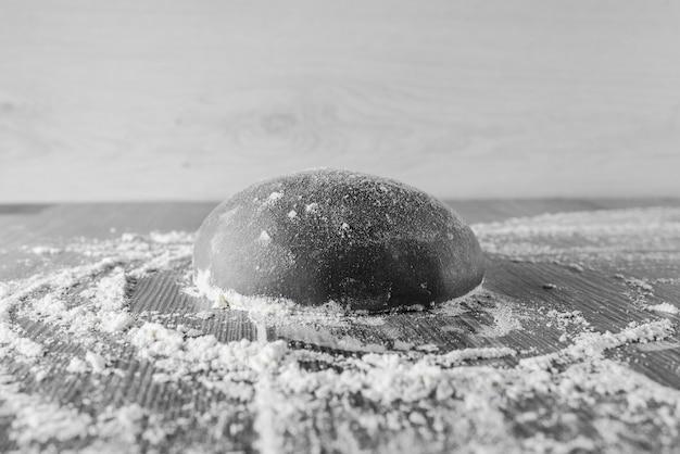 Bola de massa preta com farinha