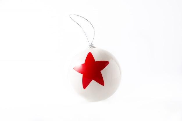 Bola de natal branco com estrela vermelha isolada
