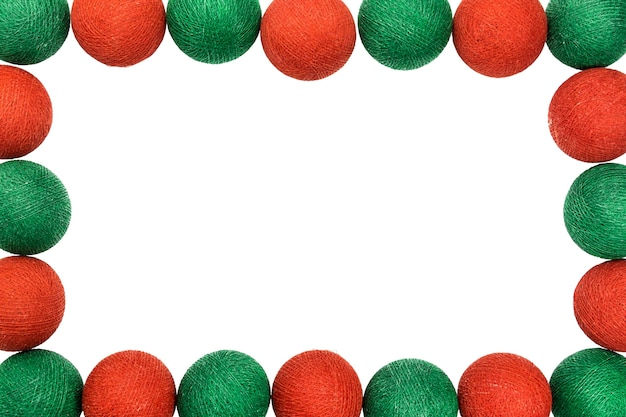 Bola de natal de quadro vermelho e verde isolada no fundo branco