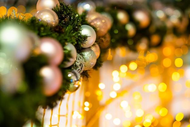 Bola de natal e ramos de pinheiro para decorar o festival de natal