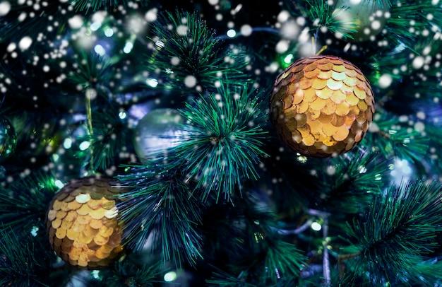 Bola de natal na árvore de natal com neve no inverno