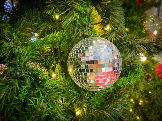 Bola de natal na árvore de natal para feliz natal e feliz ano novo