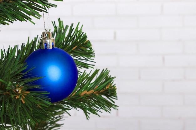 Bola de natal pendurada na árvore de natal