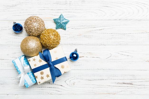 Bola de natal, presente e decorações criativas em fundo de madeira