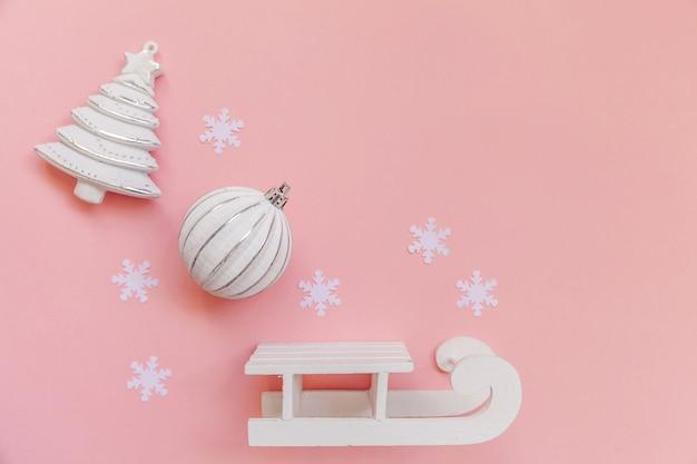 Bola de ornamento de objetos de inverno em moldura rosa isolada em fundo rosa pastel