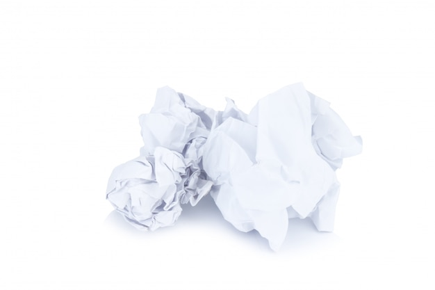 Bola de papel amassado, isolada no branco
