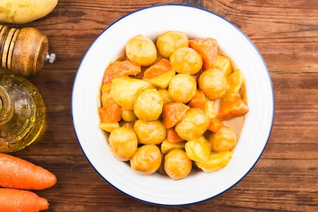 Bola de peixe com cenoura e batata ao curry