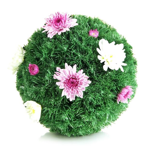 Bola de pinheiro natalino decorada com flores isoladas em uma superfície branca