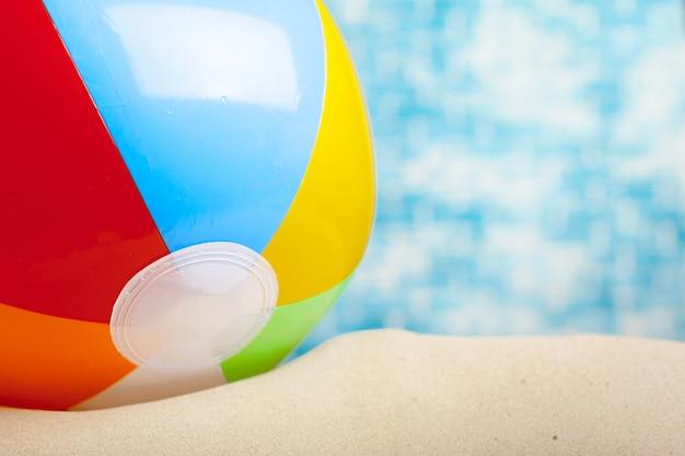 Bola de praia na areia