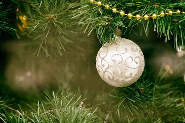 Bola de prata na árvore de natal. fechar-se
