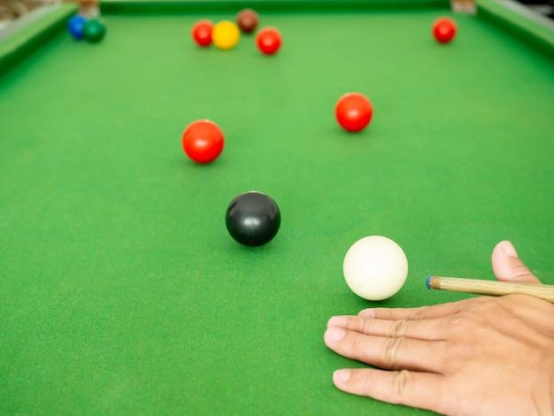 Bola de sinuca na mesa de sinuca verde