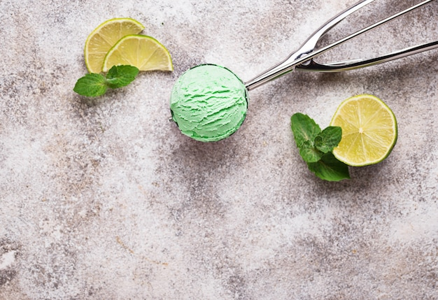 Bola de sorvete com hortelã e limão