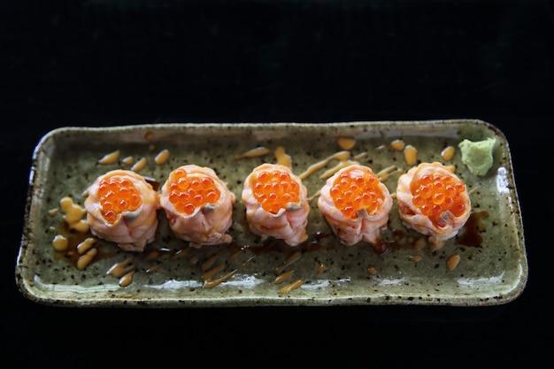 Bola de sushi de salmão com caviar de salmão