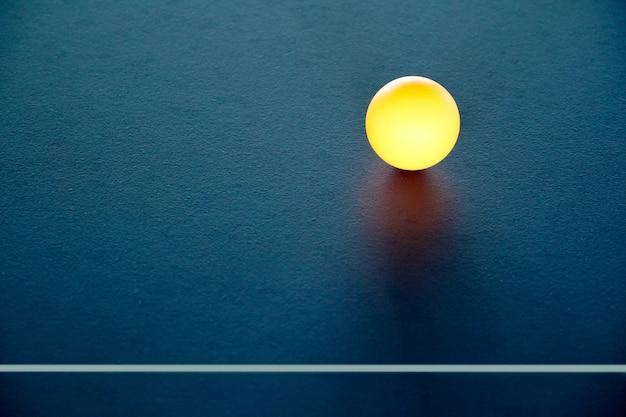 Bola de tênis de mesa em cima da mesa