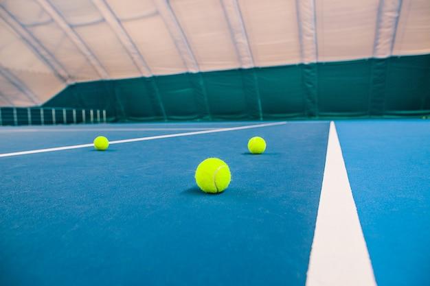 Bola de tênis em uma quadra de tênis