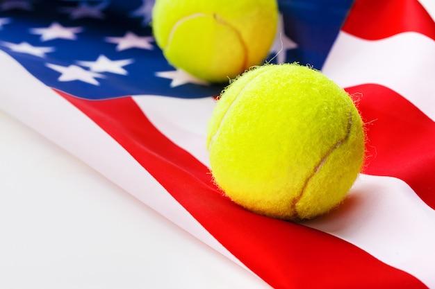 Bola de tênis na bandeira americana