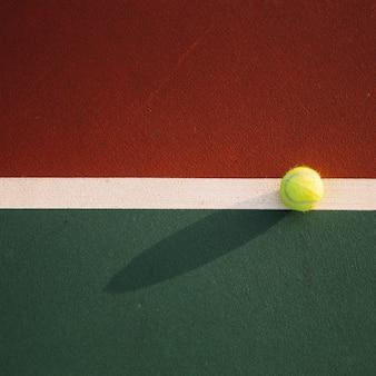 Bola de tênis no campo