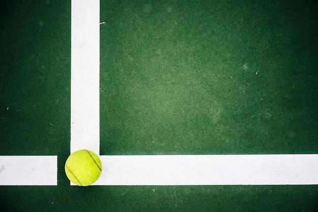 Bola de tênis no canto da quadra de tênis