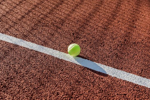 Bola de tênis no chão da quadra