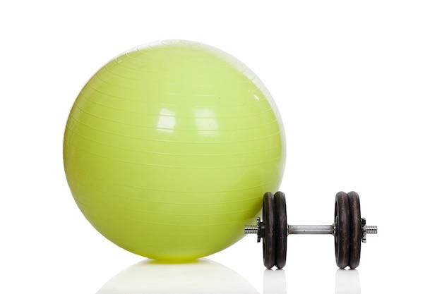 Bola de treinamento verde grande e halteres