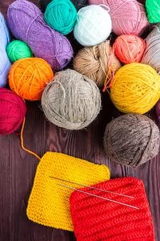 Bola de tricô e agulhas de tricô