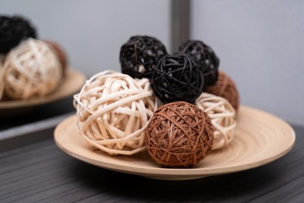 Bola de videira ou decoração de bola de vime no prato